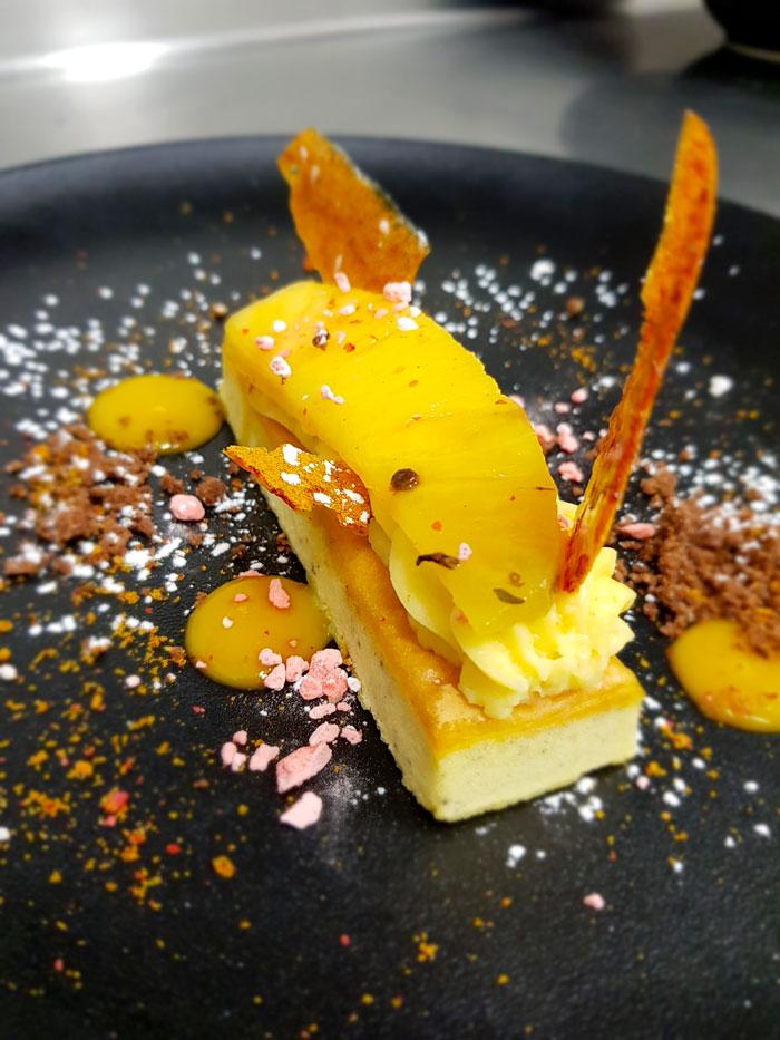 Ananas Victoria au miel de citronnier, biscuit mirliton, crémeux de croutillant de combava.