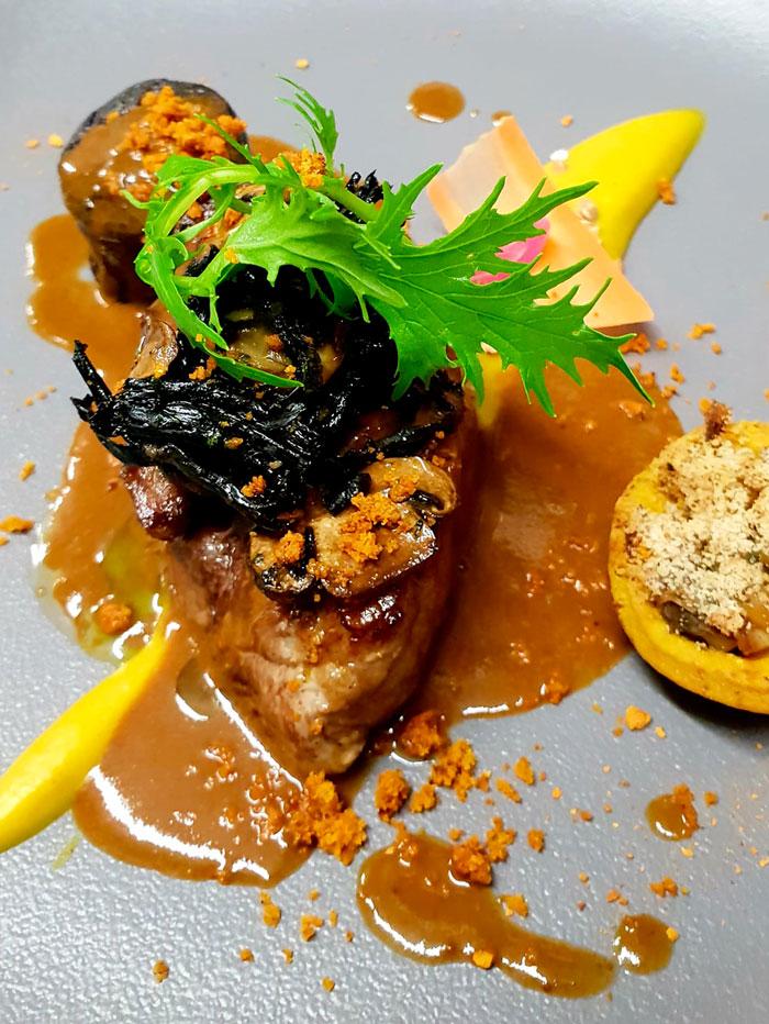 Porc noir de Bigorre /cremeux de boskoop/tartelette iodée / boudin noir et trompettes